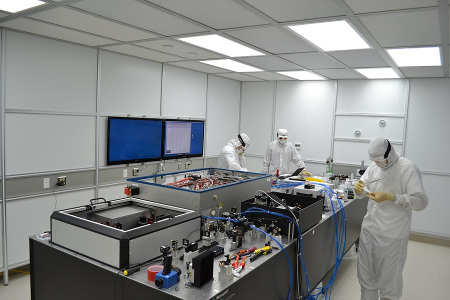Institut für Gravitationsphysik - Bild:Installation des stabilisierten 200 Watt Lasersystems am Advanced LIGO Gravitationswellendetektor in Hanford (USA)