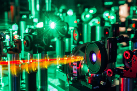 Insitute of Quantum Optics – Picture: Two-color pumped optical parametric amplifier for generating single-cycle laser pulses (Image: Morgner)